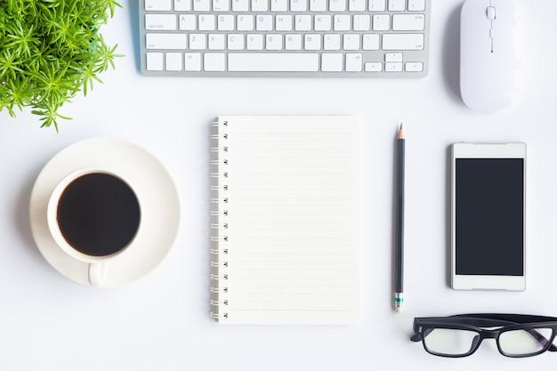 Opinião superior do escritório branco da mesa com espaço da cópia para a entrada o texto.