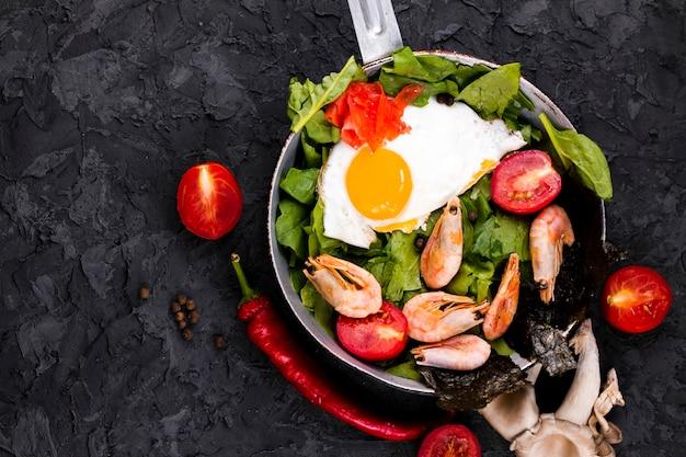 Opinião superior do prato asiático da salada do ovo