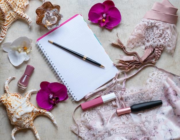 Opinião superior dos acessórios fêmeas à moda da forma. lacy lingerie rosa, roupa interior.