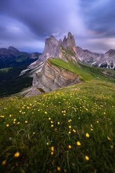 Opinião surpreendente das paisagens da montanha verde com o céu azul no verão das dolomites, itália.