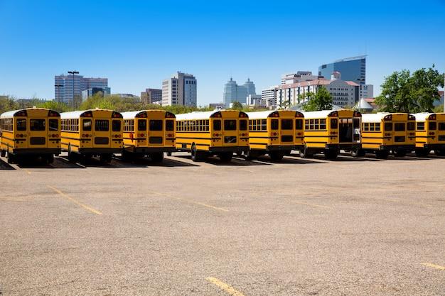 Opinião traseira americana típica do ônibus escolar em houston