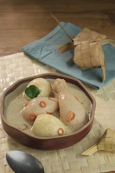 Opor ayam é sopa de galinha cozida com leite de coco da indonésia