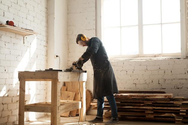 Oportunidade de negócios artesanais na oficina de madeira