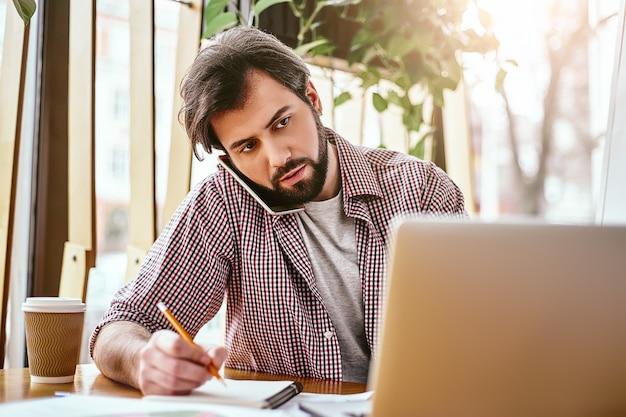 Oportunidades não acontecem, você as cria cena horizontal de um trabalhador de escritório fazendo anotações com