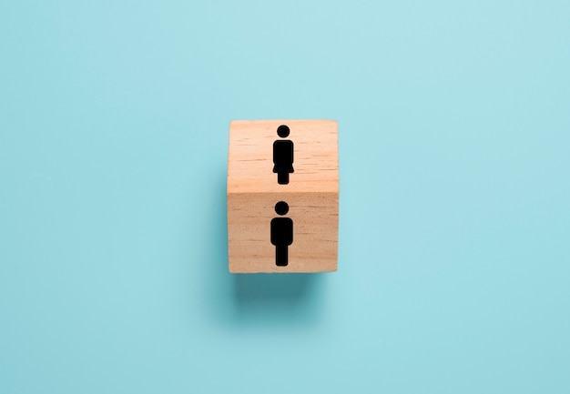 Oposto do ícone de homem e mulher no cubo de bloco de madeira. homem e mulher pensamentos e comportamentos bem diferentes.