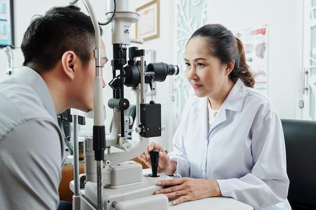 Optometrista asiática trabalhando em escritório