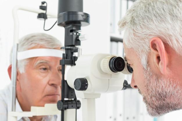 Optometrista fazendo testes de visão para paciente sênior