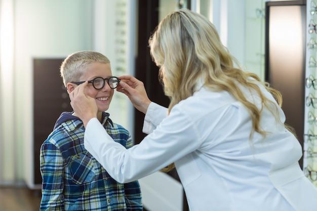 Optometrista fêmea prescrever óculos para paciente jovem