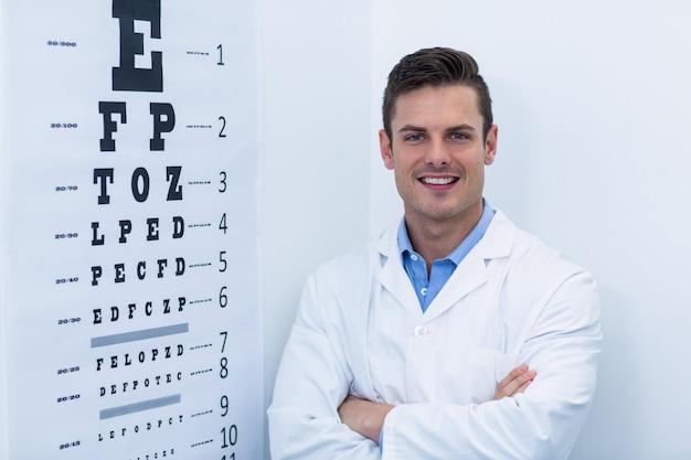 Optometrista permanente na clínica de oftalmologia