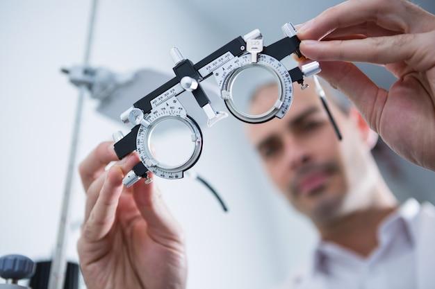 Optometrista, segurando, messbrille
