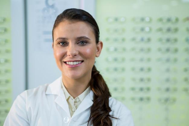 Optometrista sorrindo na loja de óptica