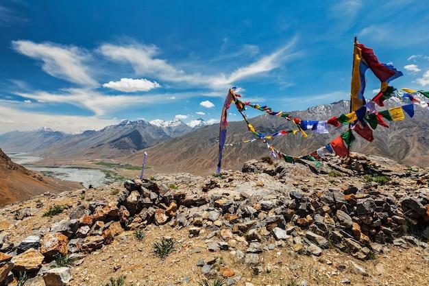 Oração budista sinaliza lungta no vale de spiti na índia