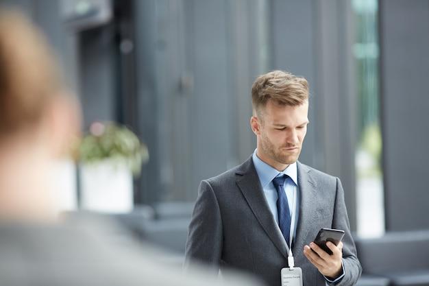 Orador do fórum do negócio que verifica o telefone