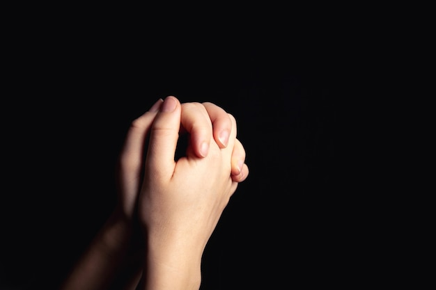 Orando com as mãos com fé na religião e crença em deus