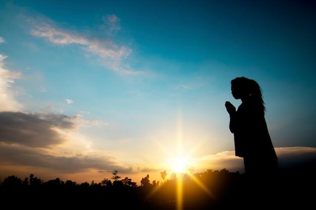 Orando e conceito de esperança