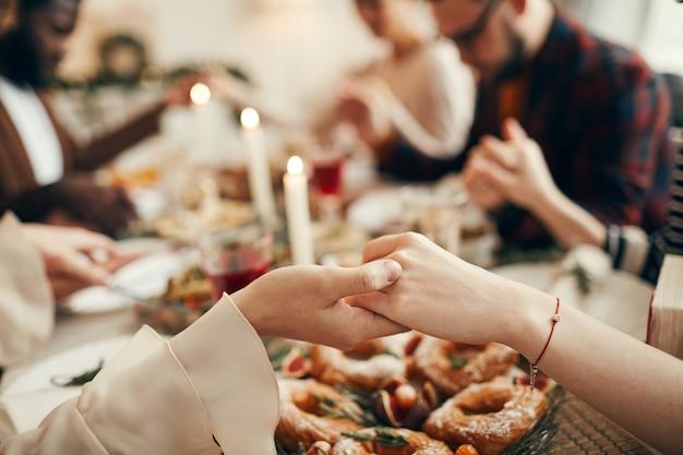 Orando no jantar