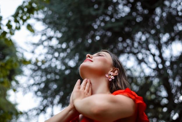 Orando pela natureza no verão, emoções calorosas positivas gratidão