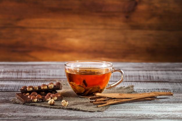 Orange-pekoe chocolate e capitão fino em uma mesa de madeira