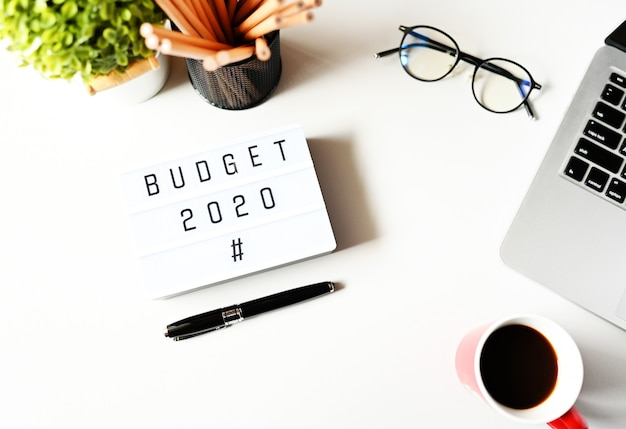 Orçamento 2020 na mesa de escritório