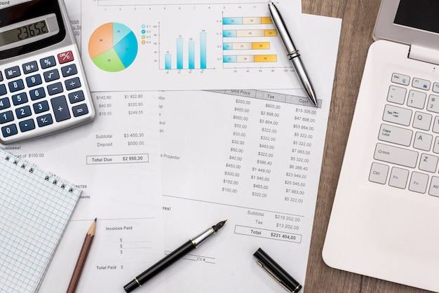Orçamento com calculadora portátil e caneta