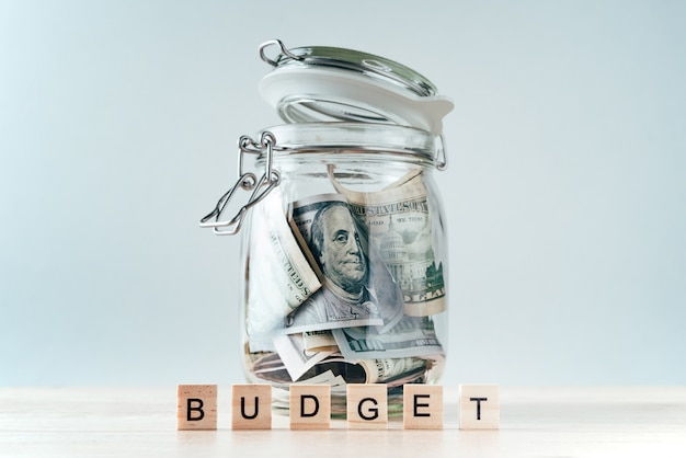 Orçamento de palavra e notas de dólar em frasco de vidro