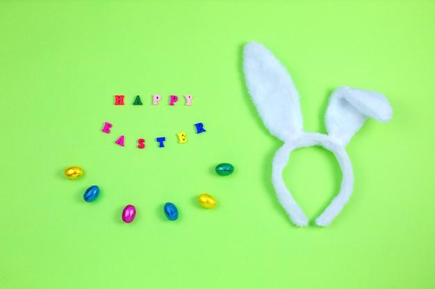 Orelhas de coelho branco e ovos em verde