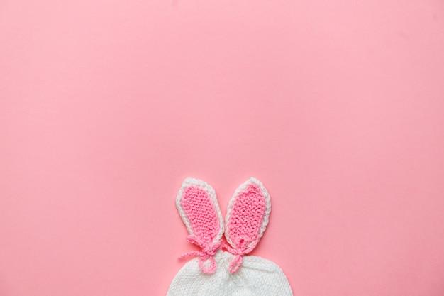Orelhas de coelho rosa e branco em rosa. cartão de páscoa