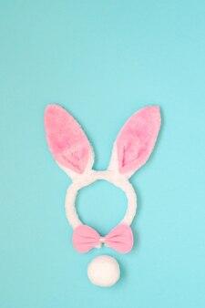 Orelhas de coelho rosa feriado da páscoa em fundo azul claro