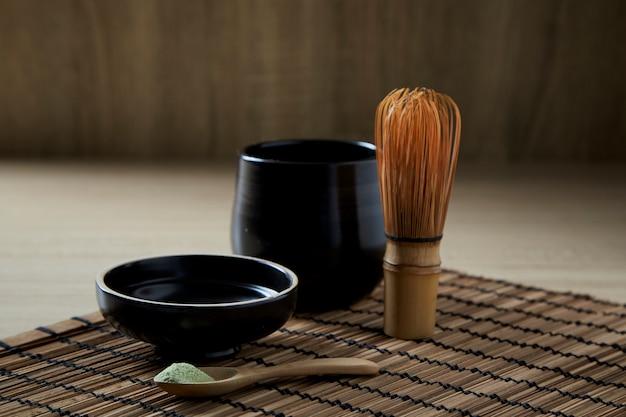 Orgânico matcha chá verde em madeira