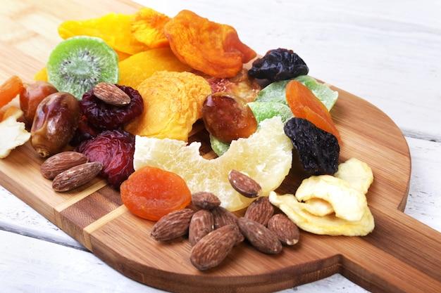 Orgânicos saudáveis sortidas frutas secas na placa de vinho