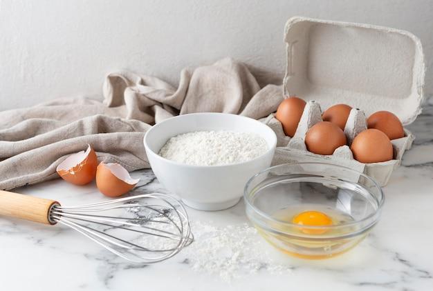 Organização de diferentes ingredientes para uma receita deliciosa