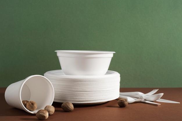 Organização de diferentes utensílios de mesa descartáveis ou ecológicos