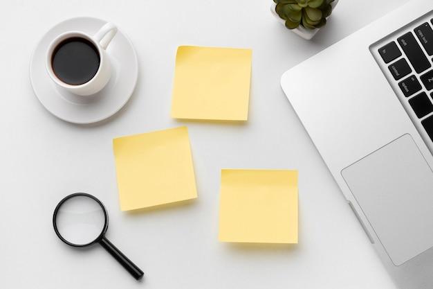 Organização de elementos de escritório com post-its