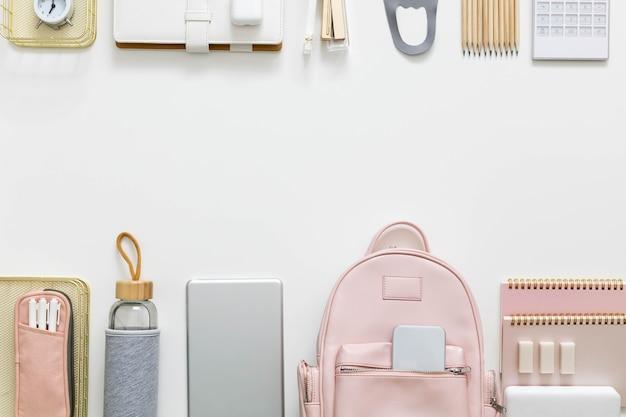 Organização de suprimentos de papelaria isolada. conceito de volta às aulas, alunos, faculdade ou universidade
