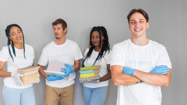 Organização de voluntariado com livros