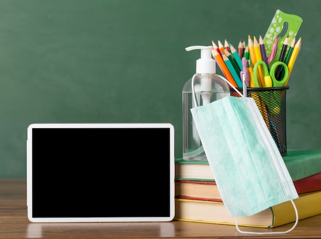 Organização do dia de educação em uma mesa com um tablet
