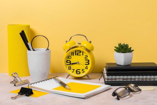 Organização do espaço de trabalho com relógio