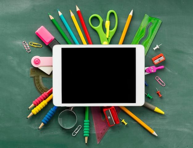 Organização dos elementos do dia da educação com tablet