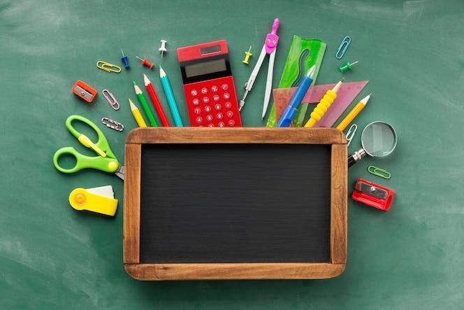 Organização dos elementos do dia de educação com quadro-negro