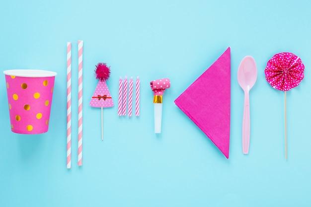 Organização organizada de diferentes objetos de aniversário