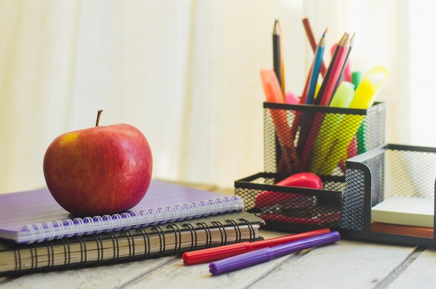 Organizador e lanche com bloco de notas na mesa