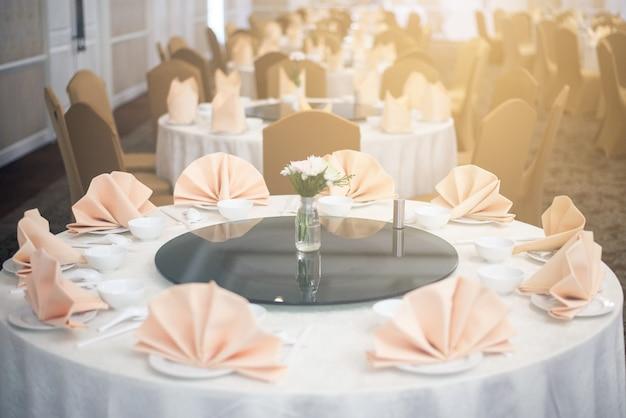 Organizando uma mesa de jantar em um hotel de luxo