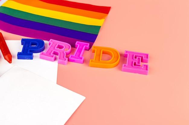 Orgulho do texto, com a bandeira do arco-íris do lgbt