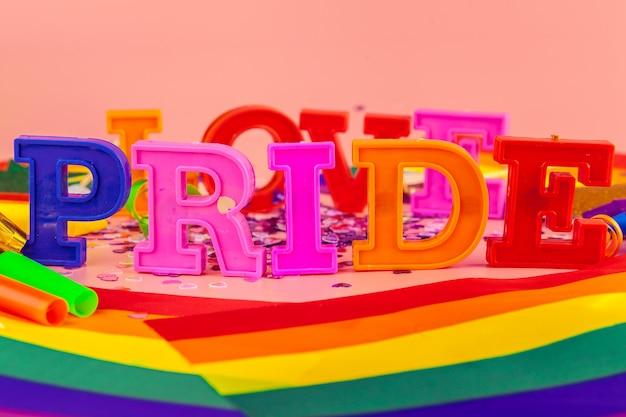 Orgulho do texto, com bandeira do arco-íris lgbt