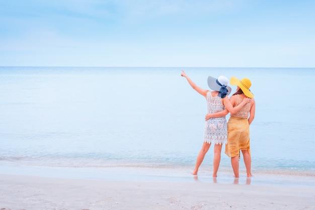 Orgulho e lgbtq + na praia de verão. casal de amor bissexual e homossexual.