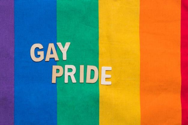 Orgulho gay em fundo de listras de arco-íris