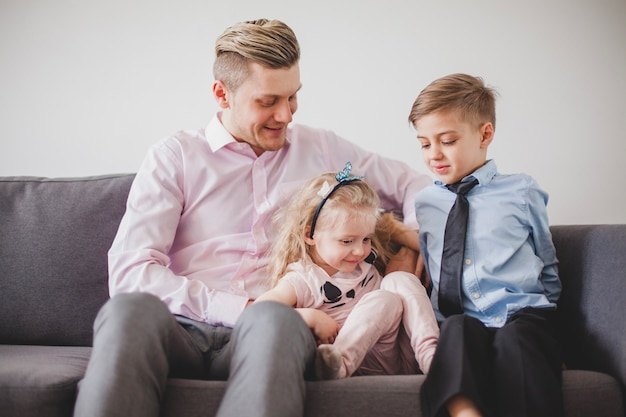 Orgulhoso pai jovem com filho e filha
