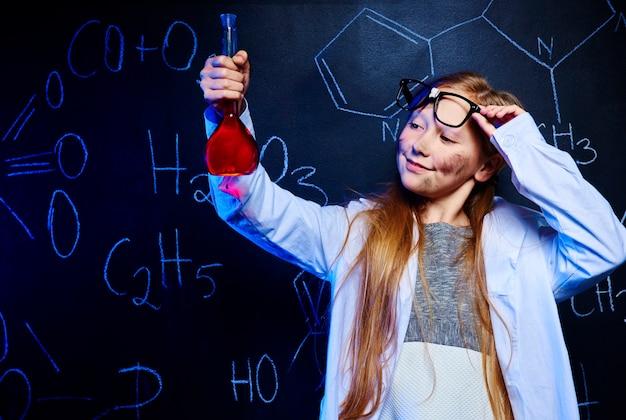 Orgulhoso pequeno professor de química