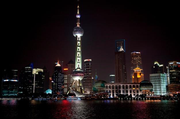 Oriental pearl tower e skyline da cidade, rio huangpu, pudong, xangai, china