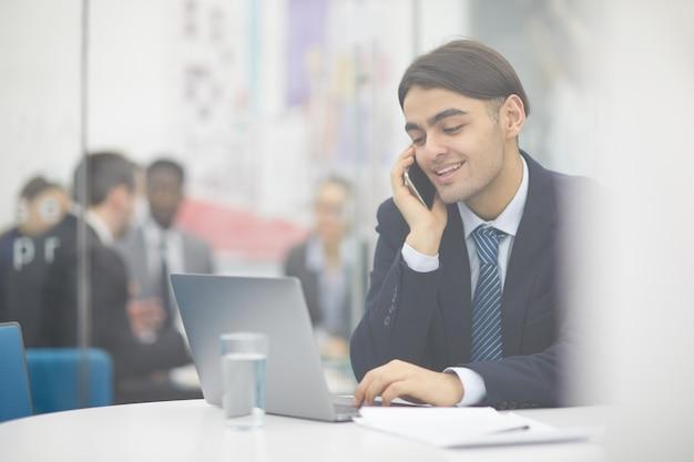 Oriente médio empresário trabalhando